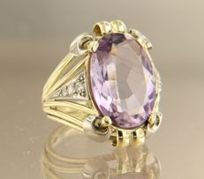 Bi-colour gold ring of 14 kt, set with a central oval cut amethyst and 6 single cut diamonds of approx. 0.20 ct in total, ring size: 17.5 (55)