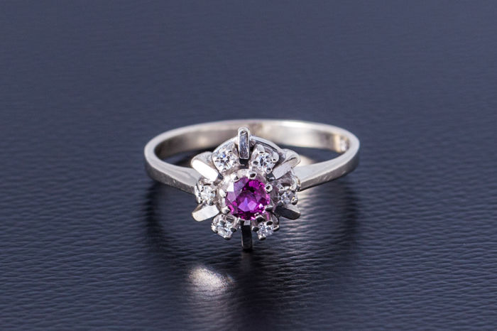 Gold ring made of 585 white gold with central ruby (brilliant-cut) flanked by 6 diamonds – size: 54.5 / 17.5 mm