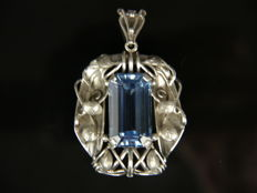 Large Art Nouveau silver pendant with an aquamarine-coloured spinel of 26.00 ct (emerald cut) 835 silver