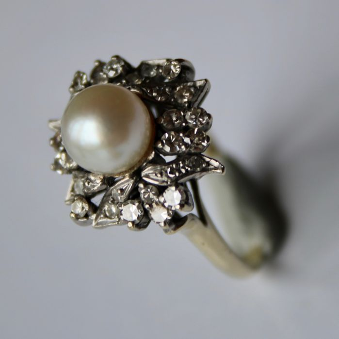 Exclusive gold ring with salt water AAA pearl approx. 7,5 mm decorated with a lot of old cut diamonds ca. 0,64 Ct . H-VVS. Luxury item.
