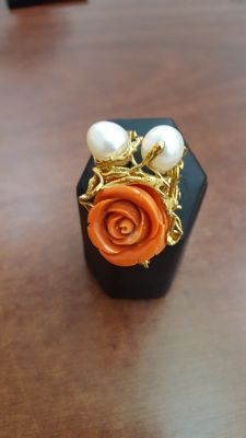 Coral and pearl ring - Size 17 (diameter: 2 cm).
