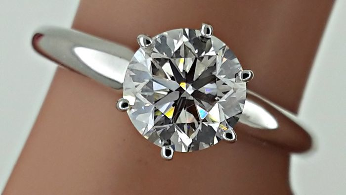 1.02 ct VS2 round diamond engagement solitaire ring made of 14kt white gold - size 6