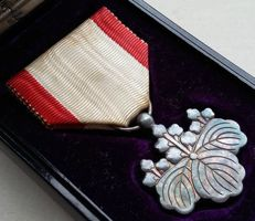 WWI. Japanese medal in box. Order of the rising sun Silver 8th class.