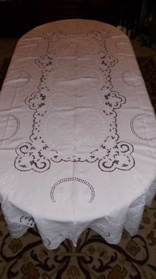 White banquet tablecloth (2,50 m x 1,65 m) with a complete hand made embroidery from Madeira Island in Portugal - Decades of 1950/60