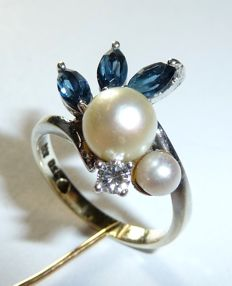 Ring in 333 / 8 kt white gold - 3 natural sapphires of 0.60 ct + 1 diamond 0.10 ct + 2 pearls *no reserve price*