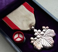 WWII. Japanese medal in box. Order of the rising sun Silver 8th class. Great condition.