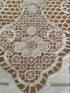 Fine tablecloth in tatting lace and hand embroidery