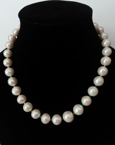 Necklace made of cultivated fresh water pearls, With emeralds and silver 925 clasp.