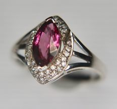 9Kt. White Gold ring with a wine pink colored Rhodolite flanked by 36 point diamonds. [I/VS2] - total of 0.74ct in excellent condition