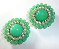 Huge clip-on earrings made of 14 kt / 585 white gold with natural apple green chrysoprase and pearl garland.