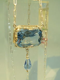 Art Nouveau collier with big faceted aquamarine coloured spinel of 40 ct.