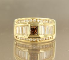 Yellow gold ring of 18 kt, set with a central champagne-coloured princess cut diamond, 9 baguette cut and 26 brilliant cut diamonds of approx. 1.50 ct in total.