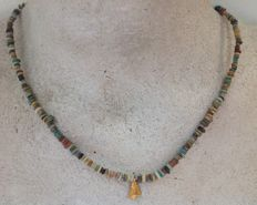 Necklace with Egyptian faïence-beads and solid gold amulet - fly pendant (not old) - 45 cm