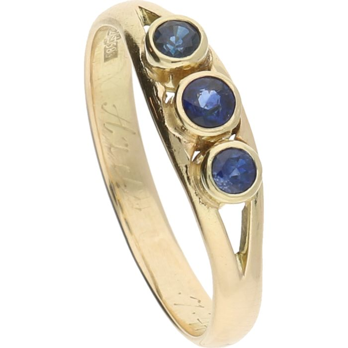 14 kt – Yellow gold ring with three brilliant cut synthetic sapphires, set in a row – Ring size: 18.75 mm