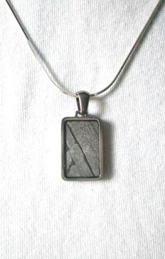 Pendant made with meteorite Seymcham, accompanied by a Sterling silver chain.