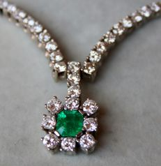 High quality beautiful white gold necklace with very large natural Emerald ca. 0.75Ct and large white diamonds of G/VVSI, approx. 2Ct.