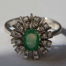 14Kt White gold ring with a natural ovaal cut Emerald and natural brilliant cut Diamonds of approx 1.18Ct totaal H/VS2