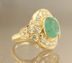 18 kt yellow gold ring set with a cabochon cut emerald and 28 brilliant cut diamonds of approx. 1.20 carat in total, ring size 15.5 (49)