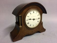 Mahogany wooden English table clock with 4 brass columns. A so-called mantlepiece - ca. 1935.