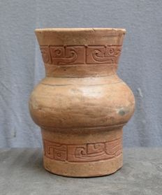 Pre-Columbian, Large cup with a carved glyph decor - 21 cm