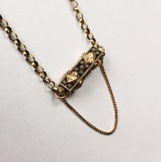 14 kt antique rolo link necklace – Super long necklace with a beautifully decorated antique clasp. Length: 1.86 m!!!