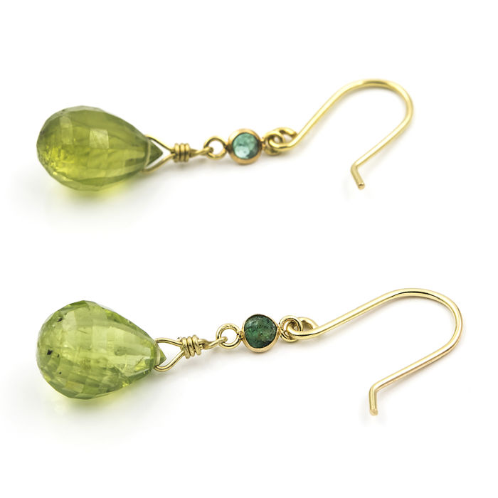 Yellow gold, 18 kt/750 - Earrings - Olivines - Emeralds - Earring height 31.00 mm (approx.)