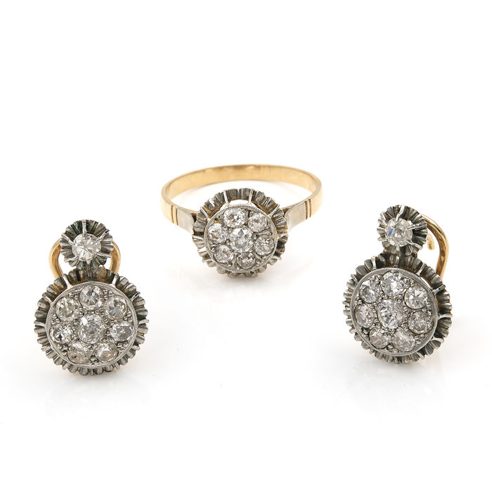 Set with two-tone 18 kt gold cocktail ring and earrings with antique cut diamonds totalling 3 ct.