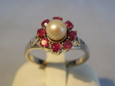 Ring with genuine Akoya pearls and ruby entourage, 0.36 ct