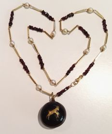 1930, 18 kt gold necklace with natural pearls, tortoise-shell and garnet pendant