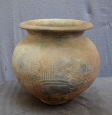 Pre-Columbian, large pot with an engraved decor of birds - 22.4 cm