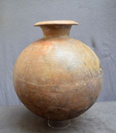 Pre-Columbian, Very large pot with an engraved ornamental decor. - 29.8 cm