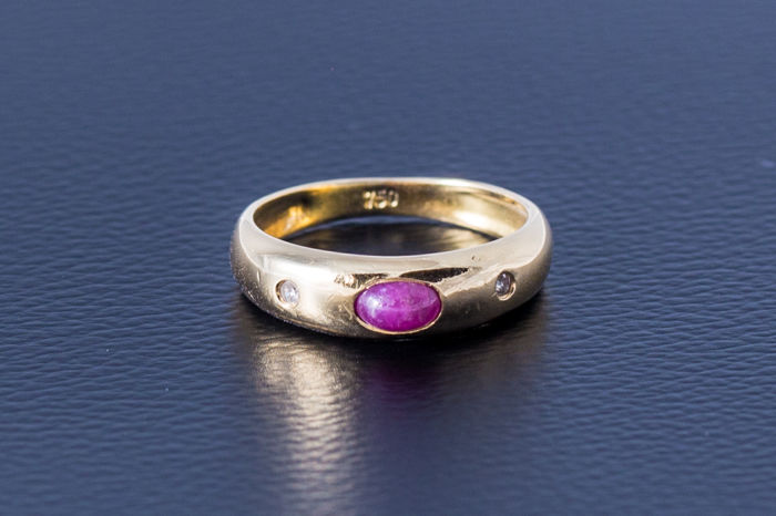 Gold ring made of 750 yellow gold with an oval-shaped ruby cabochon and 2 diamonds – size: 47 / 15.2 mm