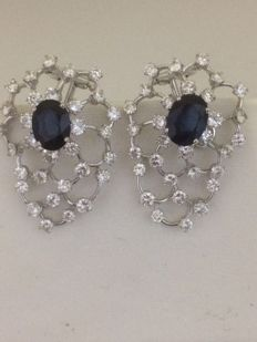 Gold earrings (18 kt) with 62 diamonds totalling  3 ct, colour G–VS1, and 2 sapphires totalling 2 ct, total length x width = 3 x 2 cm