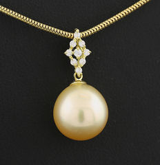 Fine South Sea pearl & brilliant pendant, golden South Sea pearl 11.4 mm, 750 yellow gold --- no reserve price ---