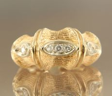 18 kt bi-colour gold ring set with 5 brilliant cut diamonds, approx. 0.18 ct in total, ring size 15.5 (49)