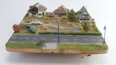Scenery H0 - Complete illuminated diorama plateau with 3 villa's next to a dam with a thoroughfare