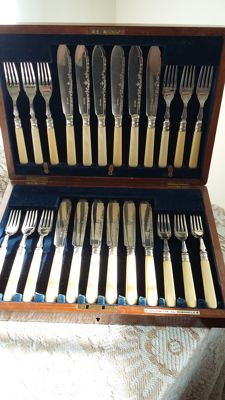 Charles james allen & sidney darwin 1910 allmarks sterling siver ferrule 24 pieces set fish servers mahogany box silver plated made in england.
