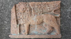 Pinkish red Lumachella Scaligero marble high relief plaque, depicting a Lion with Sword - Venice area - first half of the 20th century