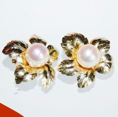 A pair of yellow gold earrings in the shape of a flower with a Ø 7 mm freshwater pearl in the centre