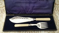 Yates bros sterling silver collars 1909 engraved fish servers silver plated cased.made in england.