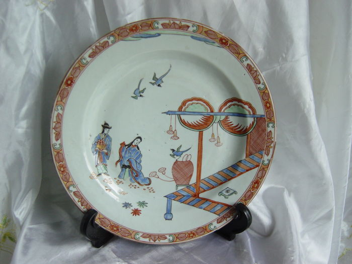 Een porseleinen schotel met polychrome decoratie china 18 eeuw - Decoratie schotel ...