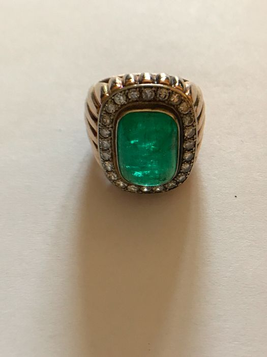 Gold ring with cabochon emerald, approx. 5 ct, and surrounding diamonds