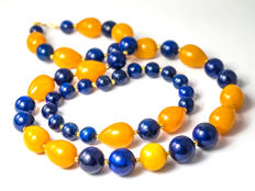 Demi-parure: Lapis lazuli necklace and bracelet with pumkin yellow nephrite, bracelet from 18cm, necklace 46.5 cm length, 18 kt gold clasp