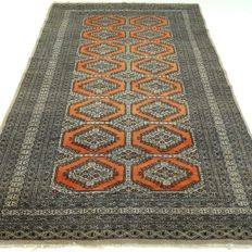 "BUKHARA – Afghanistan – 195 x 128 cm – ""Finely knotted Persian carpet in orange/brick-red"" – Second half previous century."