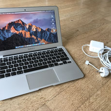 Apple MacBook Air 11 inch - 4 GB RAM - 128 GB SSD Flash
