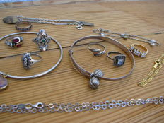 15 pieces of jewellery in silver and natural stone - 135 items of high quality costume jewellery, natural and others.