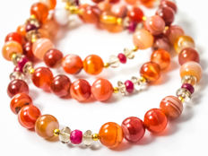 Long sardonyx necklace with Rubies and 'Oro Verde', 55 cm length, 18 kt gold clasp