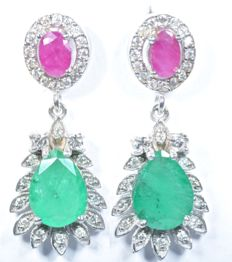 18 kt. White gold earrings with 60 GH-SI diamonds and tear-shaped natural Emeralds and Rubies. Total: 2.36 ct. Length: 24.30 mm. No reserve price.