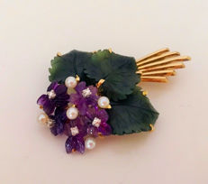 Brooch, flower bouquet made of amethyst flowers with jade leaves, 5 pearls and 5 diamonds approx. 0.10 ct made of 585/14 kt gold, around 1900