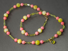 Multi-gemstone necklace with pink corals and peridot pendant, 46 cm length, 18 kt gold clasp